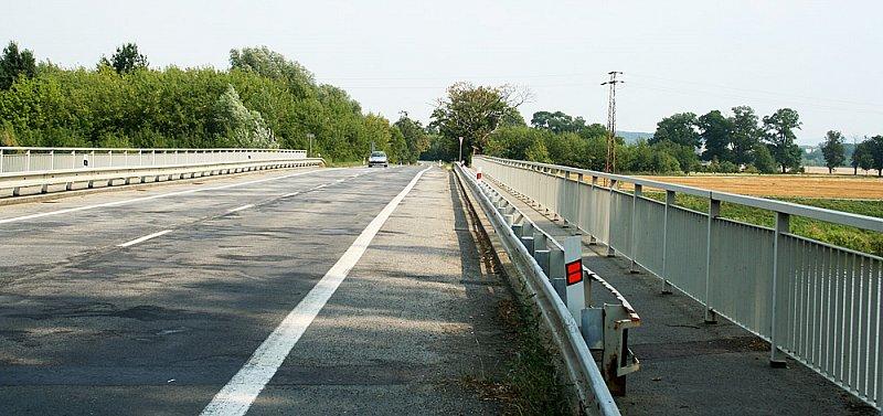 Cesta po silnici do Tlumačova - pozor na auta!