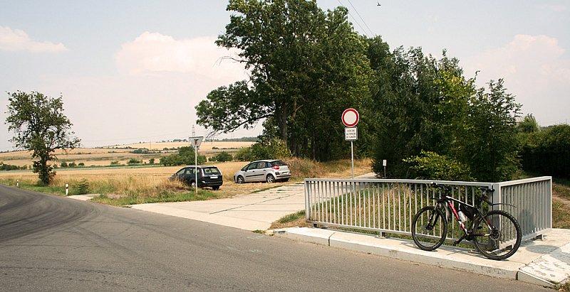 Odbočka na panelovou silnici v Tlumačově. Směr koupání