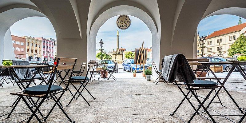 Útulná kavárna v centru města. I v dešti vás dobrá káva potěší