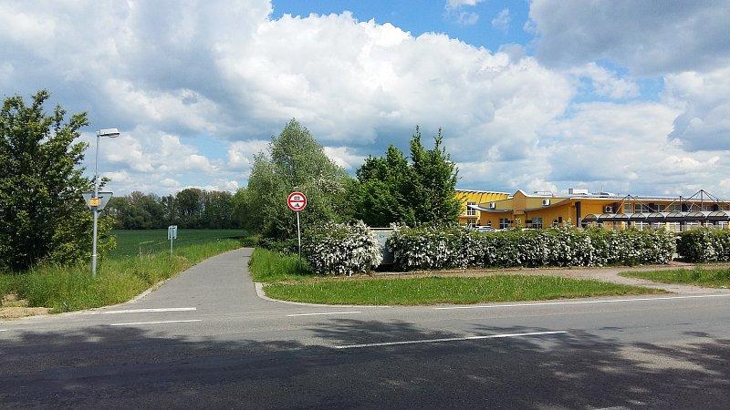 Křižovatka ulic Bílanská a Jožky Silného v Kroměříži - nájezd na cyklostezku do Bílan