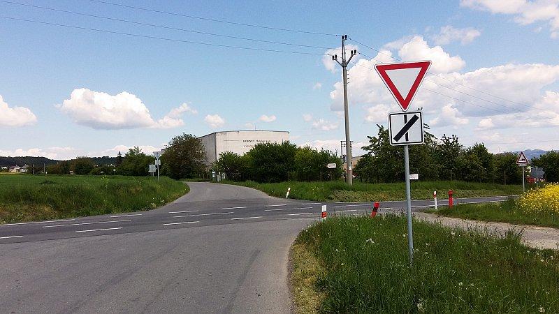 Za Němčicemi projedeme frekventovanou silnici směrem do Kostelce u Holešova
