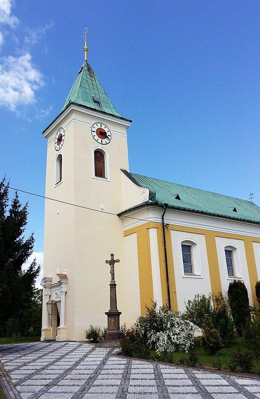 Zdoláme krátký ale strmý kopec a naskytne se nám pěkný pohled na Kostelecký kostel