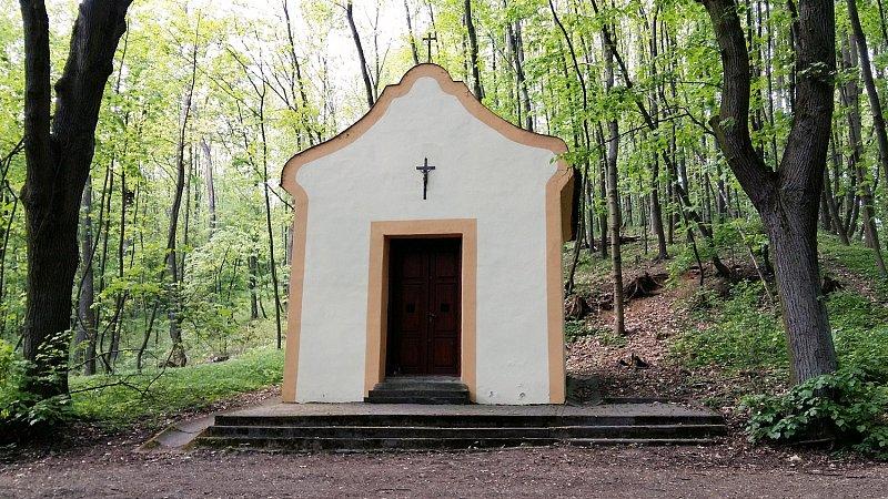 Kaplička Panny Marie v lese u Karlovic