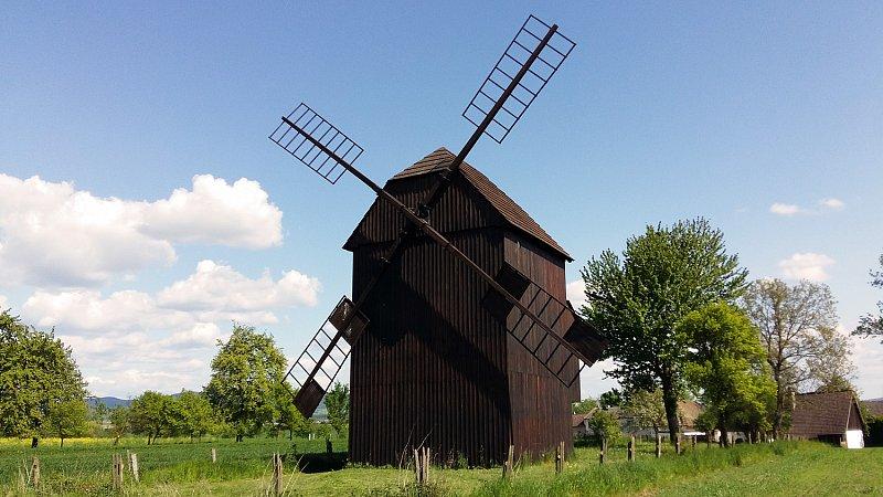 Starý, ale zachovalý větrný mlýn v Rymicích u Holešova